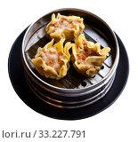 Купить «Japanese tasty dumplings siumai in steamer, nobody», фото № 33227791, снято 6 июня 2020 г. (c) Яков Филимонов / Фотобанк Лори