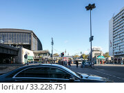 Zoologischer Garten station and Huthmacher House at Hardenbergplatz in Berlin-Charlottenburg (2018 год). Редакционное фото, агентство Caro Photoagency / Фотобанк Лори