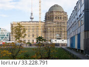 Berlin Palace - Humboldtforum and construction container at the Schlossplatz in Berlin-Mitte (2018 год). Редакционное фото, агентство Caro Photoagency / Фотобанк Лори