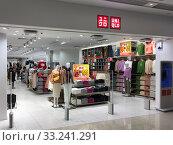 Uniqlo store at Mira Place 1, Hong Kong (2019 год). Редакционное фото, фотограф Александр Подшивалов / Фотобанк Лори