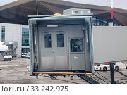 All-weather dry access to aircraft with passenger boarding bridge. PBB is an enclosed, movable connector which extends from an airport terminal gate (2015 год). Редакционное фото, фотограф Кекяляйнен Андрей / Фотобанк Лори