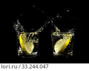 Купить «lemons splashing in two glasses», фото № 33244047, снято 30 марта 2020 г. (c) PantherMedia / Фотобанк Лори