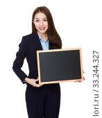 Купить «Businesswoman showing with the chalkboard», фото № 33244327, снято 8 апреля 2020 г. (c) PantherMedia / Фотобанк Лори