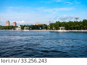 Russia, Khabarovsk, August 2019: Bank of the Amur river in Khabarovsk in summer. Стоковое фото, фотограф Катерина Белякина / Фотобанк Лори