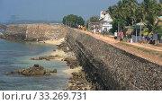 Купить «Туристы гуляют по старинной крепостной стене старого города. Галле, Шри-Ланка», видеоролик № 33269731, снято 15 февраля 2020 г. (c) Виктор Карасев / Фотобанк Лори