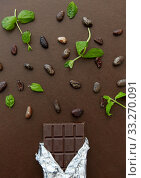 Купить «dark chocolate bar with peppermint and cocoa beans», фото № 33270091, снято 1 февраля 2019 г. (c) Syda Productions / Фотобанк Лори