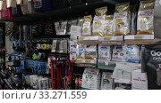Assortment of pet feed for sale on shelves in shop. Редакционное видео, видеограф Яков Филимонов / Фотобанк Лори
