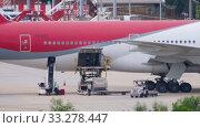 Купить «Uploading cargo onboard the aircraft», видеоролик № 33278447, снято 28 ноября 2019 г. (c) Игорь Жоров / Фотобанк Лори