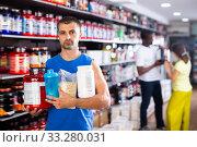 Купить «Nice man with sports nutritional supplements», фото № 33280031, снято 7 апреля 2020 г. (c) Яков Филимонов / Фотобанк Лори