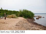 Туристическая палатка на побережье Балтийского моря в Эстонии. Стоковое фото, фотограф Victoria Demidova / Фотобанк Лори