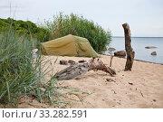 Купить «Туристическая палатка на побережье Балтийского моря в Эстонии», фото № 33282591, снято 5 июля 2018 г. (c) Victoria Demidova / Фотобанк Лори