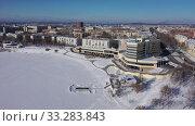 Полет над центральной частью города Нижний Тагил. Берег реки Тагил зимой. Россия. Стоковое видео, видеограф Евгений Ткачёв / Фотобанк Лори