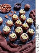 Купить «Chocolate pecan cupcakes on a cake rack», фото № 33284863, снято 9 января 2020 г. (c) Oksana Zh / Фотобанк Лори