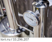 Термометр для контроля температуры на дистилляторе. Стоковое фото, фотограф Вячеслав Палес / Фотобанк Лори