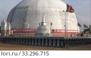 У гигантской ступы Ruwanveliseya Dagoba. Анурадхапура, Шри-Ланка (2020 год). Стоковое видео, видеограф Виктор Карасев / Фотобанк Лори