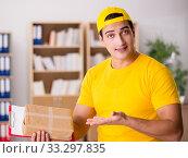 Купить «Delivery man delivering parcel box», фото № 33297835, снято 1 ноября 2016 г. (c) Elnur / Фотобанк Лори