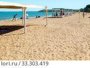 Sand beach with resting people on the sea. Kerch, Crimea (2019 год). Редакционное фото, фотограф Владимир Арсентьев / Фотобанк Лори
