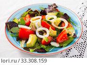 Fresh salad with avocado, tomato, green arugula and onion. Стоковое фото, фотограф Яков Филимонов / Фотобанк Лори