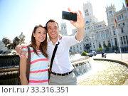 Couple taking pictures in Plaza de Cibeles, Madrid. Стоковое фото, фотограф Fabrice Michaudeau / PantherMedia / Фотобанк Лори