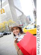 Купить «Attractive woman with red shopping bag in Manhattan», фото № 33327479, снято 4 апреля 2020 г. (c) PantherMedia / Фотобанк Лори