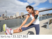 Woman stretching out after running on Brooklyn Heights promenade. Стоковое фото, фотограф Fabrice Michaudeau / PantherMedia / Фотобанк Лори