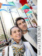 Купить «Couple standing by the Rockfeller center in New York City», фото № 33328067, снято 4 апреля 2020 г. (c) PantherMedia / Фотобанк Лори