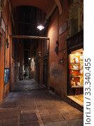Narrow street view of Genova at night (2018 год). Редакционное фото, фотограф EugeneSergeev / Фотобанк Лори