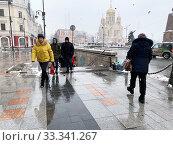 Купить «Циклон на улицах весеннего Владивостока, Россия», фото № 33341267, снято 4 марта 2020 г. (c) Овчинникова Ирина / Фотобанк Лори