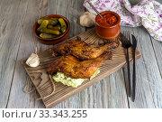 Купить «Fried chicken legs on a cutting board close-up», фото № 33343255, снято 5 февраля 2020 г. (c) Татьяна Ляпи / Фотобанк Лори