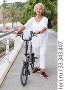Elderly woman going to biking. Стоковое фото, фотограф Яков Филимонов / Фотобанк Лори