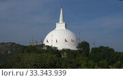 Вид на древнюю буддистскую ступу Dagoba Mahaseya солнечным днем. Михинтале, Шри-Ланка (2020 год). Стоковое видео, видеограф Виктор Карасев / Фотобанк Лори