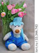 Купить «Игрушки. Мишка в колпаке и букет тюльпанов», эксклюзивное фото № 33344743, снято 14 февраля 2019 г. (c) Dmitry29 / Фотобанк Лори