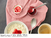 Купить «porridge breakfast with jam, spoon and coffee», фото № 33355751, снято 1 ноября 2018 г. (c) Syda Productions / Фотобанк Лори