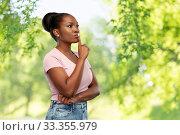 Купить «african american woman with finger on lips», фото № 33355979, снято 26 января 2020 г. (c) Syda Productions / Фотобанк Лори