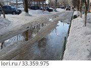 March thaw with puddles on the city streets. Редакционное фото, фотограф александр лупкин / Фотобанк Лори
