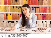 Купить «Girl holding palette of hair dye samples», фото № 33360407, снято 24 октября 2019 г. (c) Яков Филимонов / Фотобанк Лори