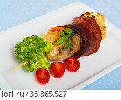 Broiled quail in jamon on skewer with vegetables. Стоковое фото, фотограф Яков Филимонов / Фотобанк Лори