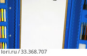Купить «Camera tracking on the children's drawing kit with a blank sheet of paper», видеоролик № 33368707, снято 12 марта 2020 г. (c) Алексей Кузнецов / Фотобанк Лори
