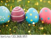 Купить «row of colored easter eggs on artificial grass», фото № 33368951, снято 15 марта 2018 г. (c) Syda Productions / Фотобанк Лори
