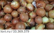 Купить «Closeup of fresh ripe onion on market counter, onion background», видеоролик № 33369379, снято 20 ноября 2019 г. (c) Яков Филимонов / Фотобанк Лори
