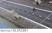 Купить «Два работника морского порта обеспечивают швартовку пассажирского парома в морском порту Хельсинки», видеоролик № 33372851, снято 17 января 2020 г. (c) V.Ivantsov / Фотобанк Лори