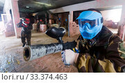 gamer in blue mask is targeting in enemy. Стоковое фото, фотограф Яков Филимонов / Фотобанк Лори