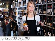 Купить «Female giving recommendation about wine», фото № 33375703, снято 3 июня 2020 г. (c) Яков Филимонов / Фотобанк Лори