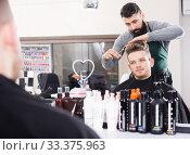 Hairdresser doing new haircut. Стоковое фото, фотограф Яков Филимонов / Фотобанк Лори