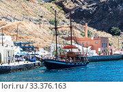 Купить «Tourists and tourist ship in the old port in Fira, Santorini», фото № 33376163, снято 10 июня 2017 г. (c) Наталья Волкова / Фотобанк Лори