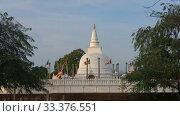 Купить «Вид на древнюю буддистскую ступу Тхупарама. Анурадхапура, Шри-Ланка», видеоролик № 33376551, снято 6 февраля 2020 г. (c) Виктор Карасев / Фотобанк Лори