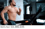 Купить «A bearded young man bodybuilder running on the running track with an effort in the modern gym», видеоролик № 33386035, снято 2 апреля 2020 г. (c) Константин Шишкин / Фотобанк Лори