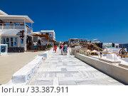 Купить «Fira on a sunny summer day with walking tourists. Santorini, Greece», фото № 33387911, снято 9 июня 2017 г. (c) Наталья Волкова / Фотобанк Лори