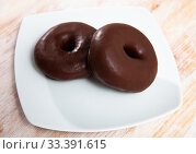 Appetizing chocolate-coated donut closeup. Стоковое фото, фотограф Яков Филимонов / Фотобанк Лори