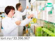 Pharmacist and pharmacy technician posing in drugstore. Стоковое фото, фотограф Яков Филимонов / Фотобанк Лори